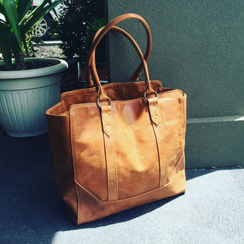 Classic,traditional shoulder Tote Bag! Quality stitching and leather. Strong handles and fully lined inside with feature details, tote bag.