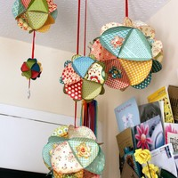 make this / This is a must make! A twist on the pom poms-perfect for kids rooms