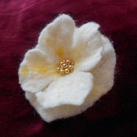 Flower brooch, Felt brooch flower,White poppy Felt flower brooch,unique,handmade,white brooch,weding accessories,art jewelry,hair flower pin