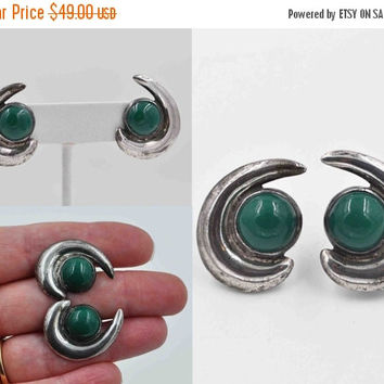 ON SALE Vintage Mexico Sterling Silver & Green Glass Earrings, Screw Back, Pre-Eagle, Mid Century Modern, MCM, Curved, Mod, 3D, Fab! #b827