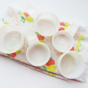 Tupperware Measuring Cups Set of Five White Plastic Stacking 3/4 Cup, 2/3 Cup, 1/2 Cup, 1/3 Cup, 1/4 Cup