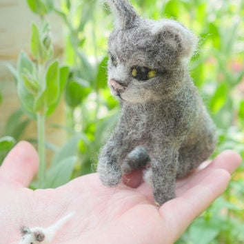 Needlefelted animal, needlefelt cat and mouse, kitten with mouse, felt kitten, miniature animal, miniature cat, soft sculpture, pet portrait