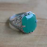 Amazing antique edwardian art deco flapper rhodium plate silver filigree ring with chrysoprase green stone