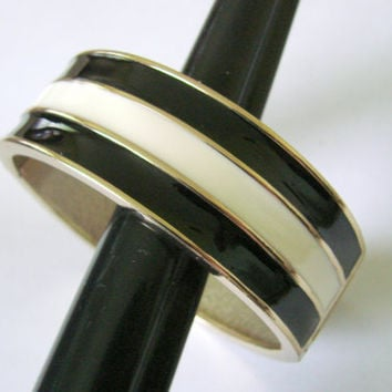 80s Modernist Black & Ivory White Enamel Clamper Bangle Bracelet / Mod Vintage Jewelry / Jewellery